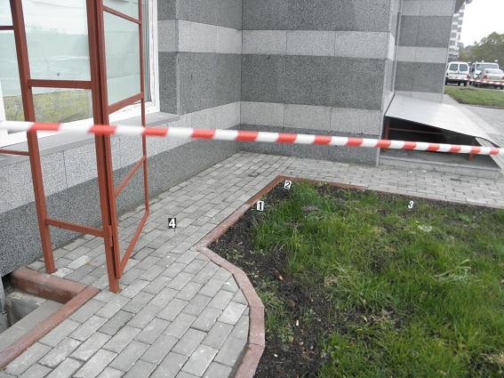 НаСвятошино вКиеве двое мужчин соружием напали напрохожего