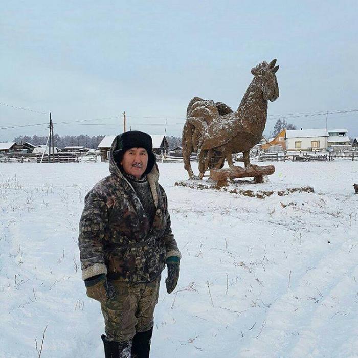 ВЯкутии местный гражданин слепил изнавоза огромную скульптуру петуха