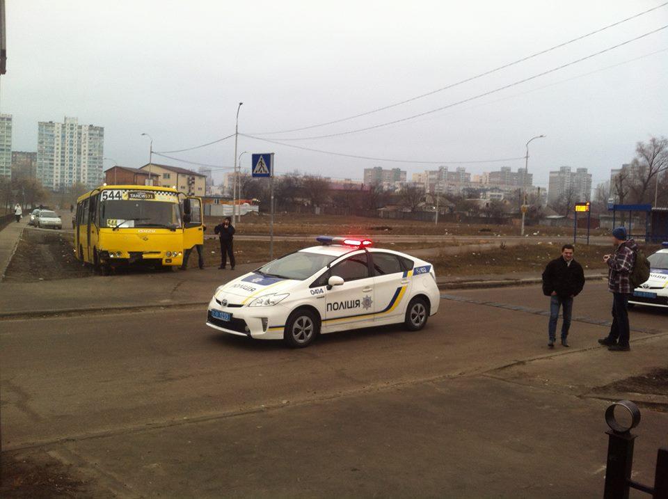 Милиция украинской столицы ссобаками ищет вооруженного угонщика маршрутки