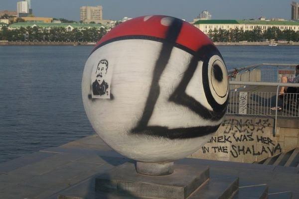 Вандалы нарисовали напокеболе вЕкатеринбурге портрет Сталина