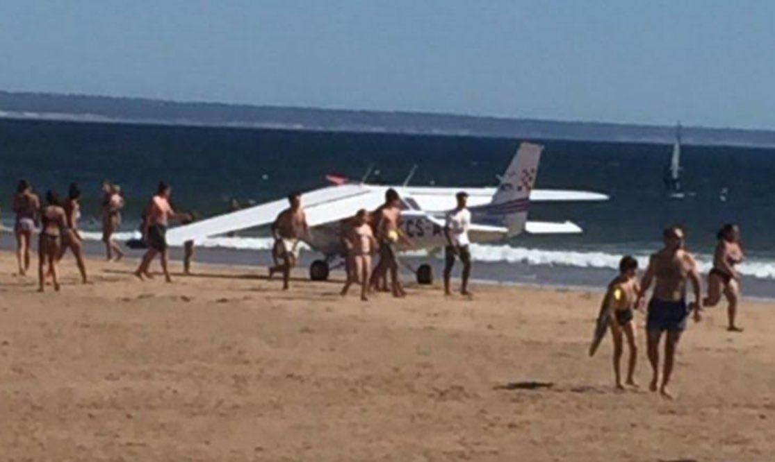 ВПортугалии самолет насмерть сбил 2 человек на береге