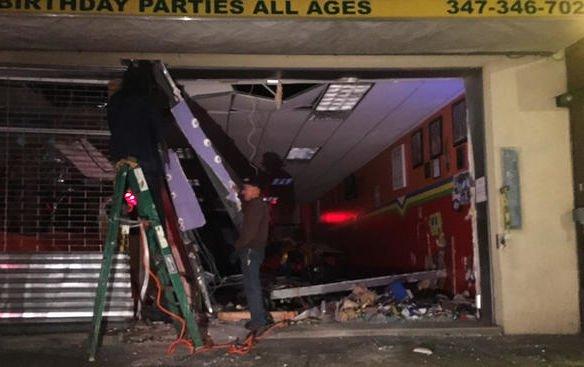 ВНью-Йорке автомобиль врезался в сооружение центра для детей