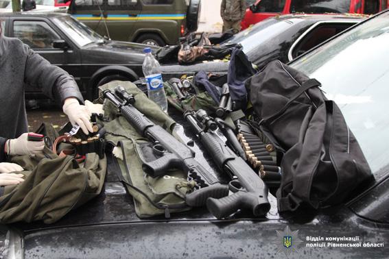 Вцентре Ровно задержали автомобиль с резервом оружия
