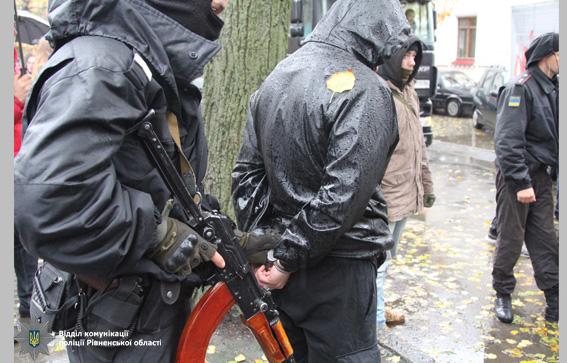 Автомобиль сполным багажником оружия задержали вцентре Ровно