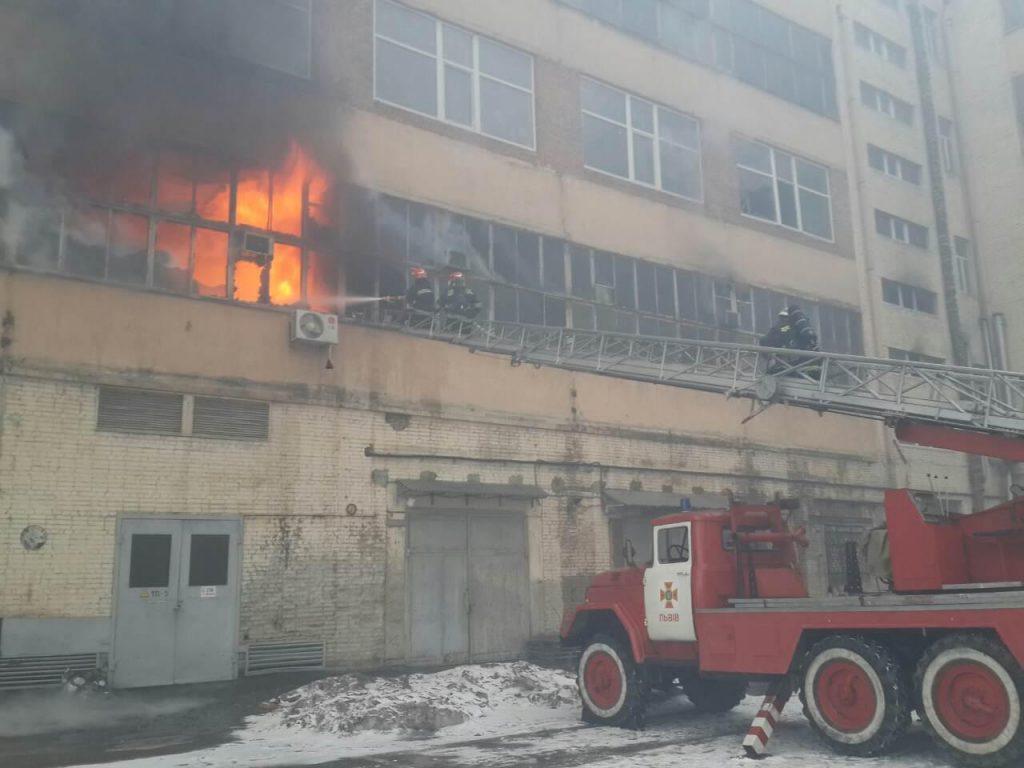 ВоЛьвове сражаются с огнём назаводе «Электрон»
