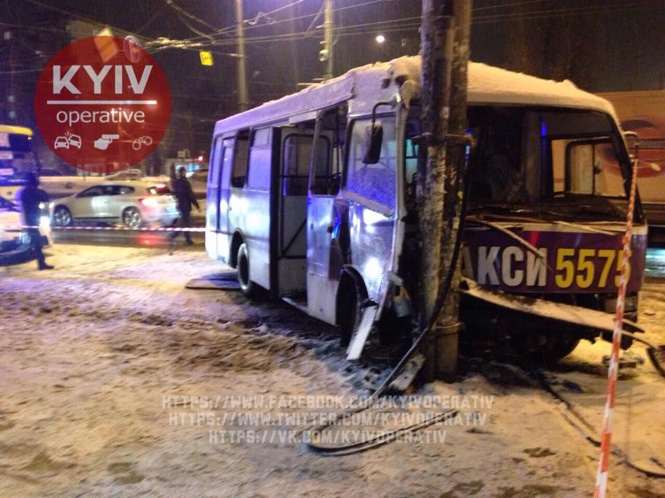 ВКиеве маршрутка сбила 2 человек иврезалась встолб