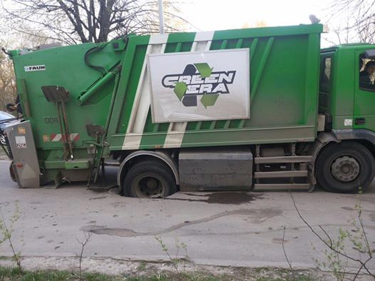 ВоЛьвове колеса мусоровоза застряли воткрытом канализационном люке