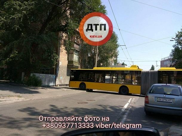 Київський тролейбус пішов натаран житлового будинку, є фото