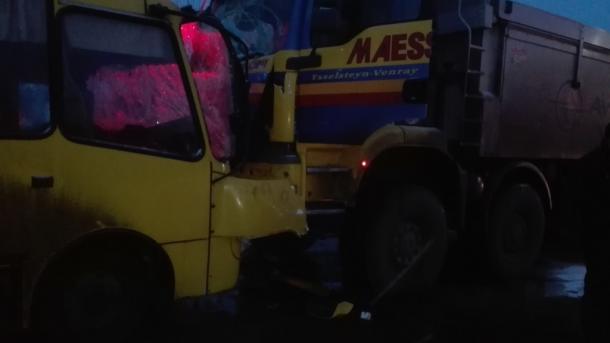 ВКиевской области фургон врезался вавтобус, есть пострадавшие