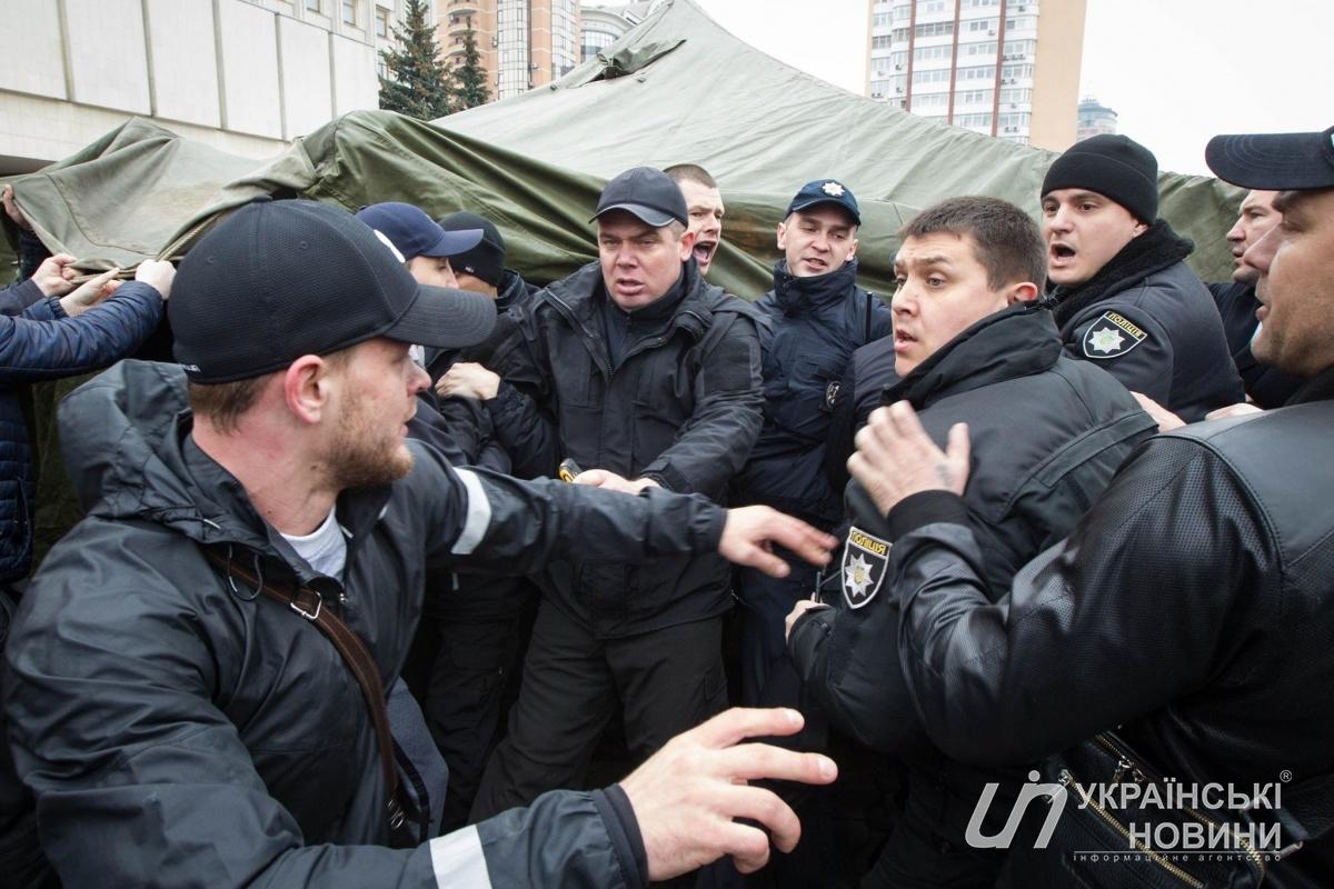 Перевозчики Киевской области митингуют около здания КОГА