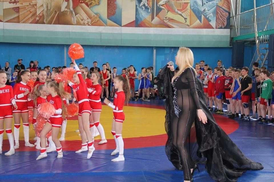 Это как понимать?! Украинская певица объяснила танец без трусов перед детьми