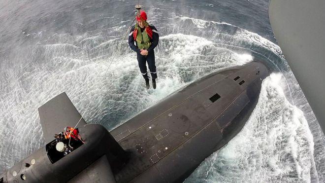 Макрона намотузці спустили звертольота у підводний човен