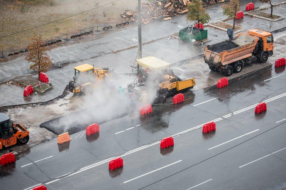 Как коммунальщики Кличко выполняют дурную работу: ложат асфальт вдождь