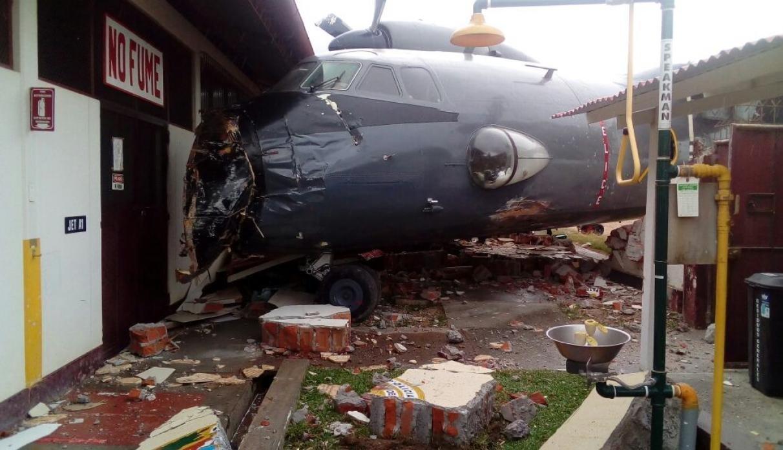 Ваеропорту Перу військовий літак врізався вбазу поліції