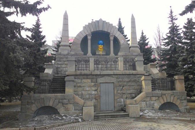 Образование. Политика. В Челябинске бюст Ленина покрасили в цвет украинск