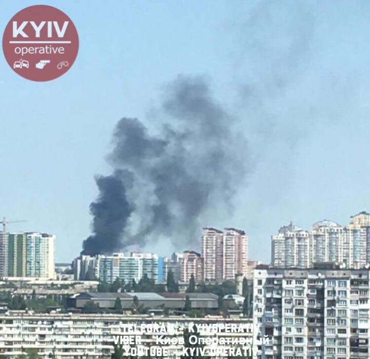 Масштабна пожежа вКиєві: всоцмережі пишуть про вибух