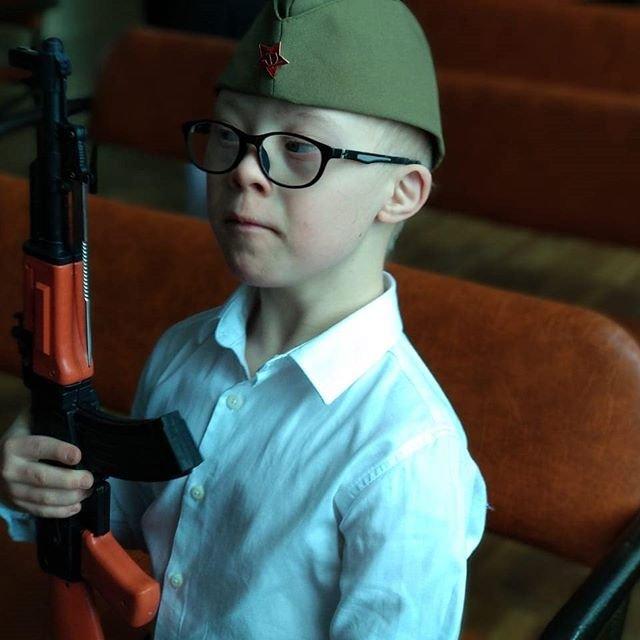 Когда нет пандусов, но есть автомат: В РФ детей-инвалидов приучают к оружию