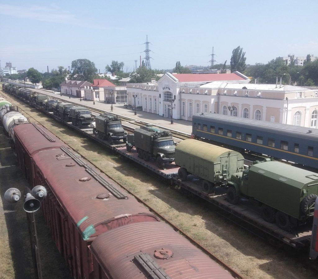В захваченный Крым через Керчь зашли колонны военной техникиРФ