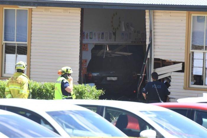 ВАвстралии автомобиль въехал в сооружение школы