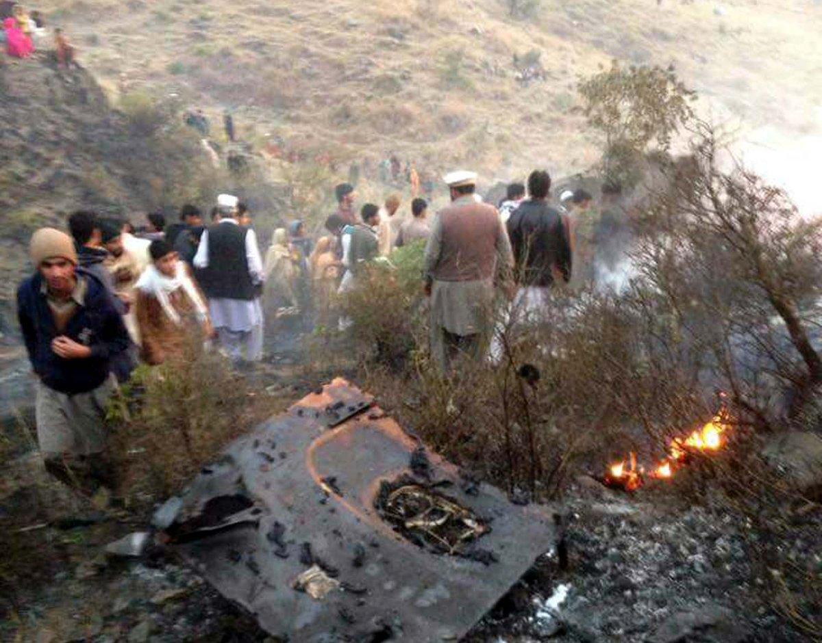 Наместе крушения пассажирского самолета вПакистане найдено 46 тел погибших