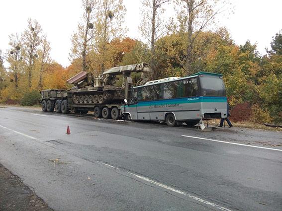 ВВинницкой области пассажирский автобус врезался ввоенный тягач, 11 пострадавших