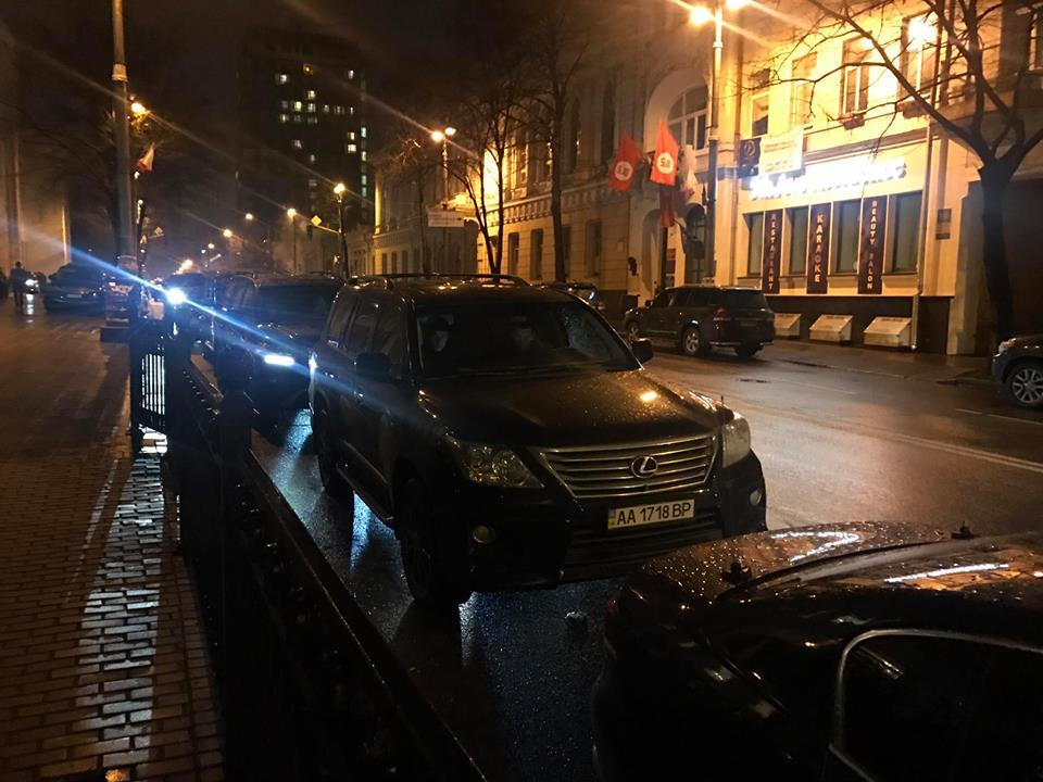 Ухвалення держбюджету-2018: мережу вразили фото машин нардепів, які приїхали наголосування