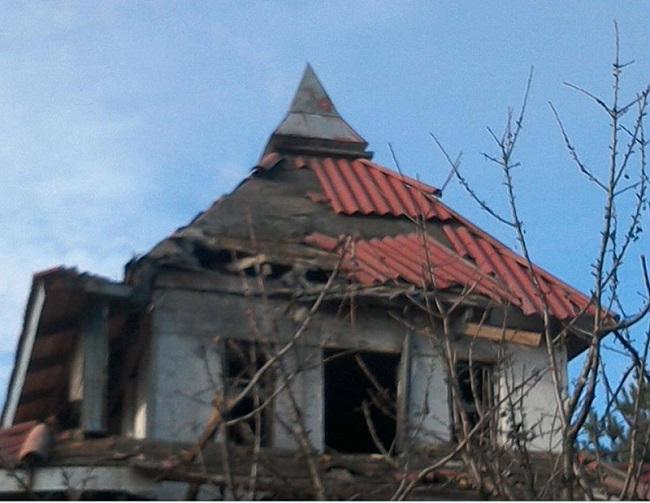 Разрушенные крыши и дыры в стенах: штаб АТО показал последствия обстрела Водяного (фото)