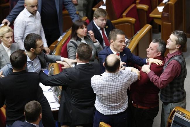 Депутату порвали пиджак— Драка впарламенте