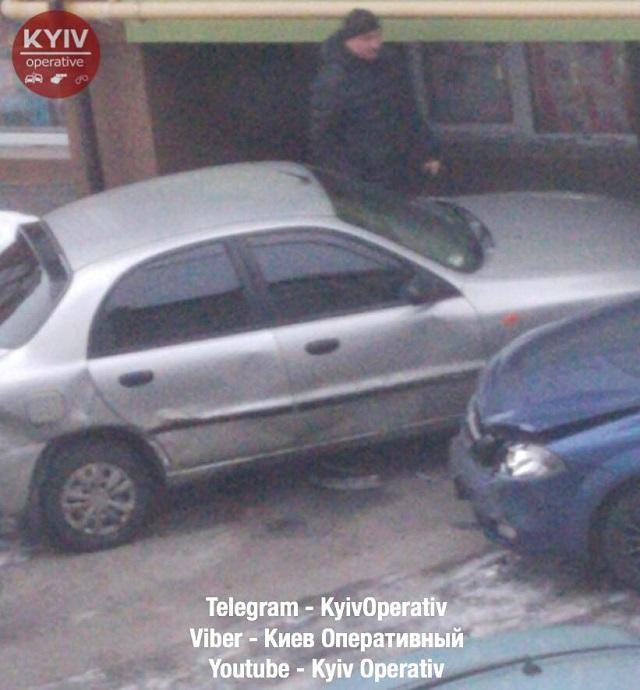 ЧП в Киеве - девушка водитель неудачно припарковалась - фото 4