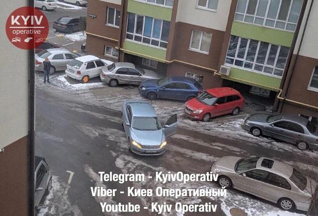 ЧП в Киеве - девушка водитель неудачно припарковалась - фото 2