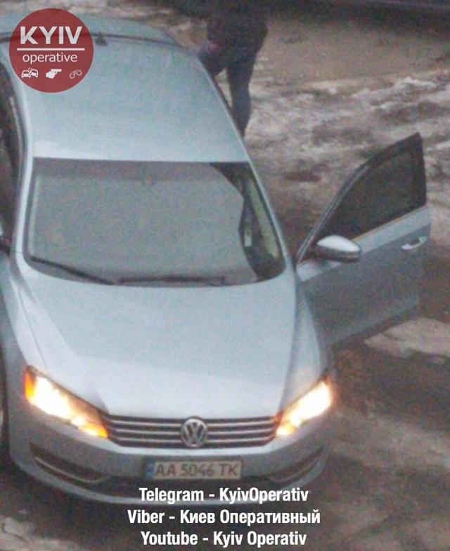 ЧП в Киеве - девушка водитель неудачно припарковалась - фото 3