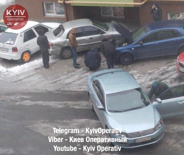 ЧП в Киеве - девушка водитель неудачно припарковалась - фото 5