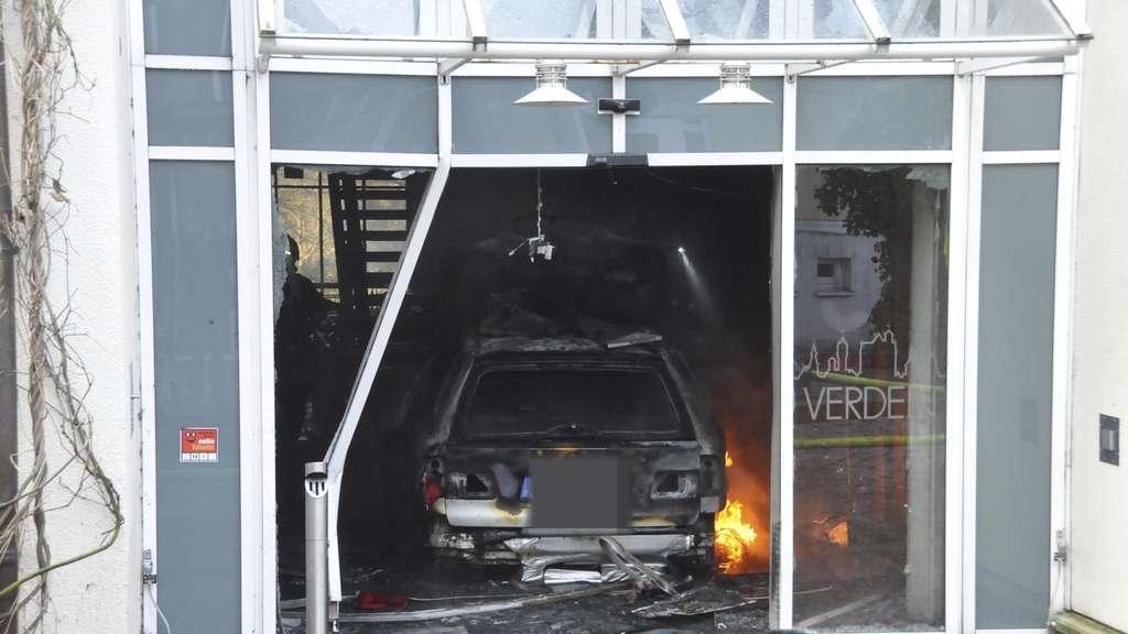 Неизвестный наавтомобиле протаранил здание ратуши немецкого города Ферден