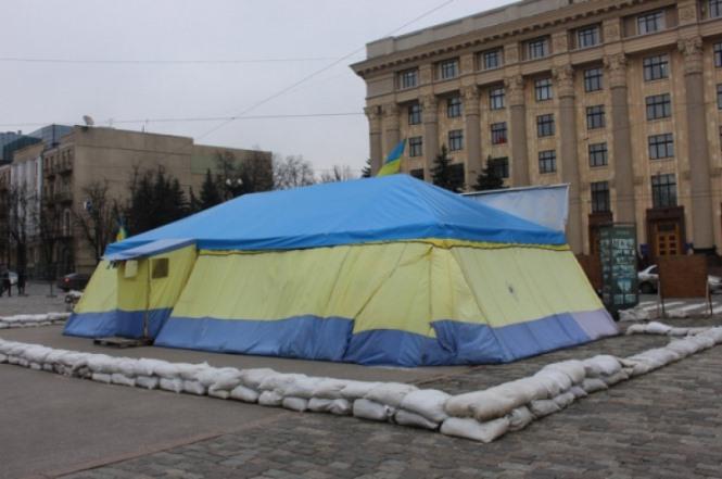 ВХарькове митингуют против сноса палатки волонтеров для сбора помощи ВСУ