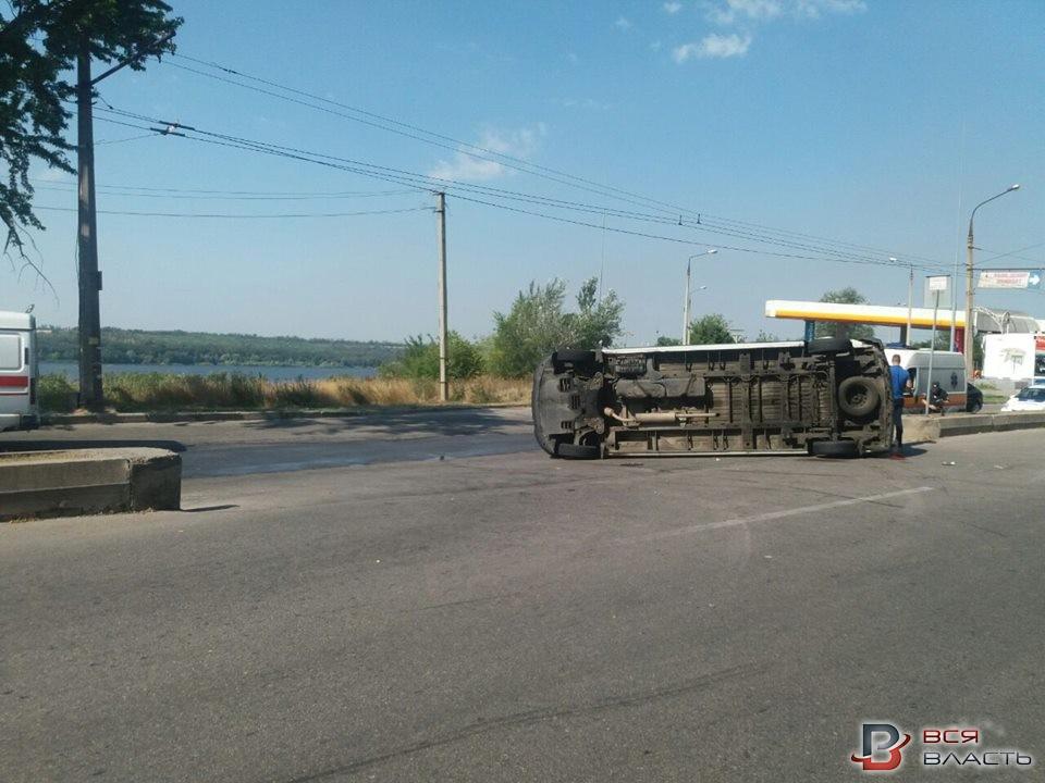 Вцентре Запорожья столкнулись грузовой автомобиль имаршрутка: девять пострадавших