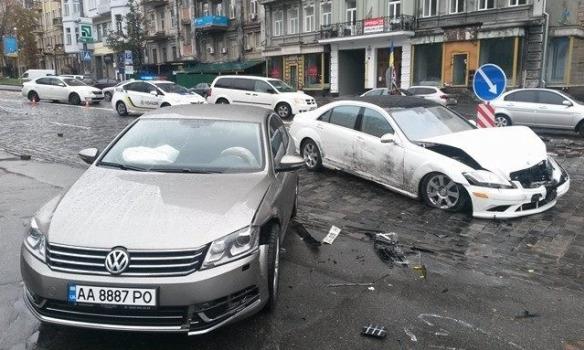 Мерседес вцентре столицы Украины влетел в монумент Герою Небесной Сотни