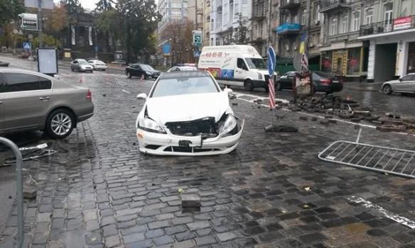 ВКиеве Mercedes влетел в монумент герою Небесной сотни