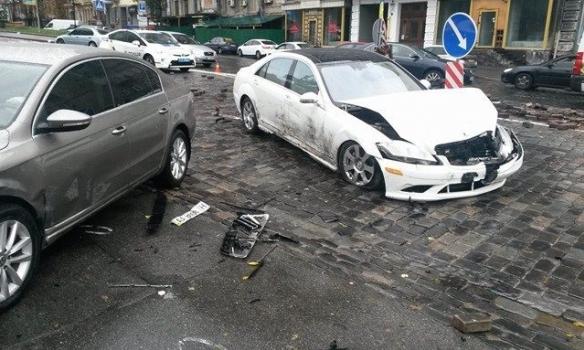 ВКиеве Mercedes врезался в монумент «Небесной сотне»