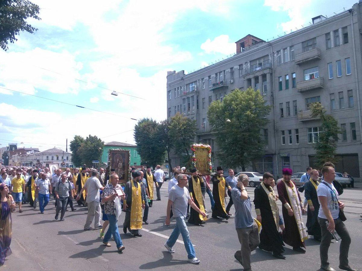 «Крестный ход» вХарькове: «георгиевские ленты» ипортреты Николая ІІ