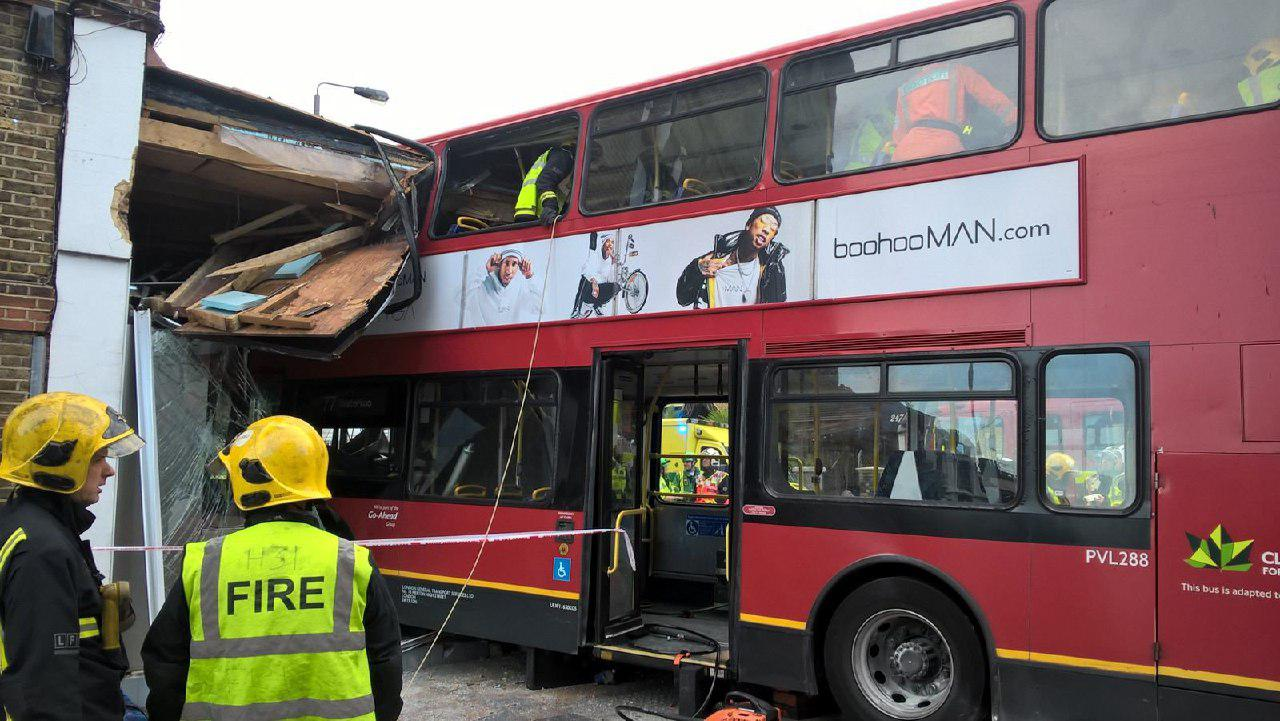 УЛондоні двоповерховий автобус врізався вмагазин, є поранені