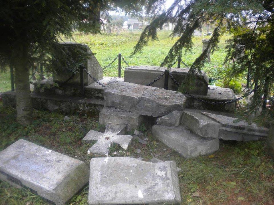 ВПольше вандалы развалили украинский монумент перед камерой