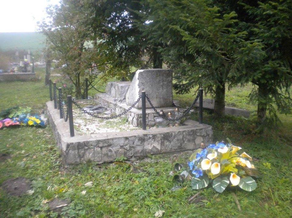 Впольском селе радикалы разрушили монумент солдатам УПА