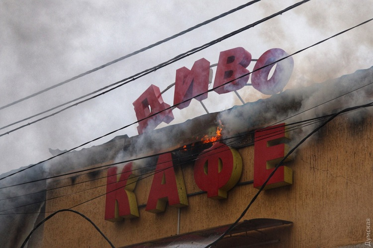 Сгорели ресторан икафе: размещены  кадры масштабного пожара вОдессе