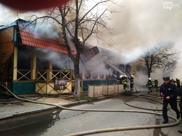 Cотрудники экстренных служб ведут ликвидацию пожара настанции «Одесса-Сортировочная»