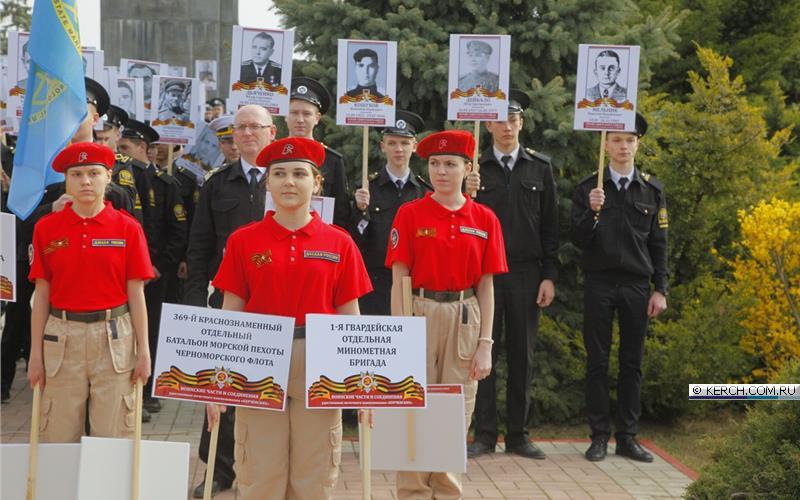 По улицам дедов носили: сеть возмутили фото пропагандистской акции в Крыму