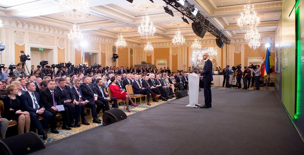 Яценюк призвал НАТО ввести войска вУкраинское государство