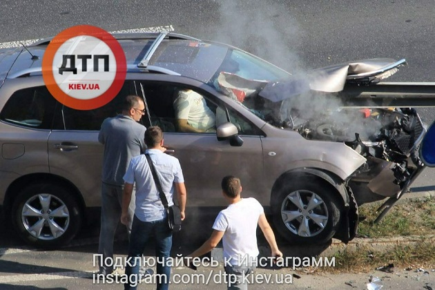 Иностранная машина нанизалась наотбойник— ДТП вКиеве