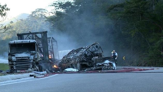 ВБразилии фургон врезался вавтобус станцорами, множество погибших