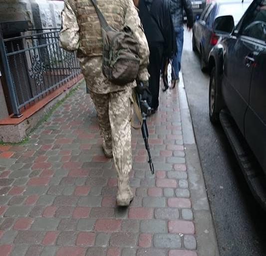 Жителі Тернополя влаштували переполох через хлопця, який гуляв по місту з«автоматом»