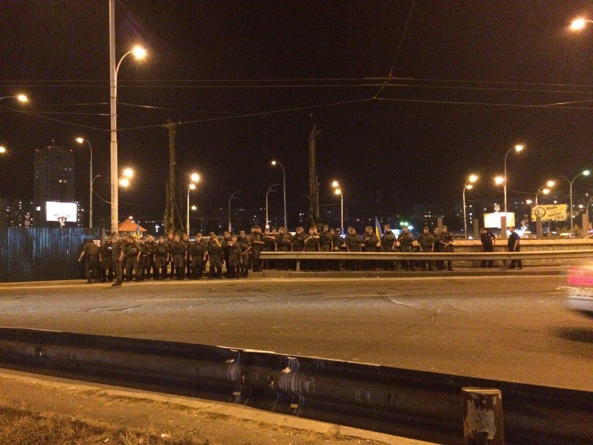 Настанции Героев Днепра вКиеве вновь перекрыли дорогу, устанавливают палатки